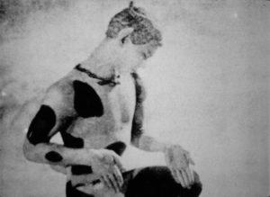 Figure 4 - Vaslav Nijinski dans le ballet « L'Après-midi d'un faune (1912) » (photographie) dans Hommage à Claude Debussy (1962, Marcel L'Herbier) © Succession L'Herbier/ Collection CNC- direction du patrimoine