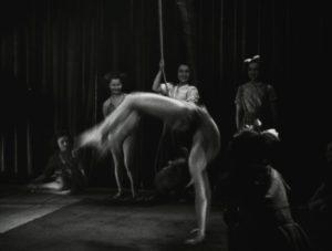 Figure 6 - Danseuses acrobatiques (1945, Louis Fehr-Lutz) © Editions René Chateau Collection CNC - direction du patrimoine